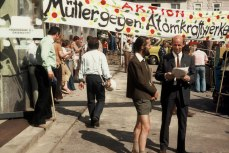 """Demonstration gegen Zwentendorf, Transparent """"Mütter gegen Atomkraftwerke""""Foto: Friedrich Witzany"""